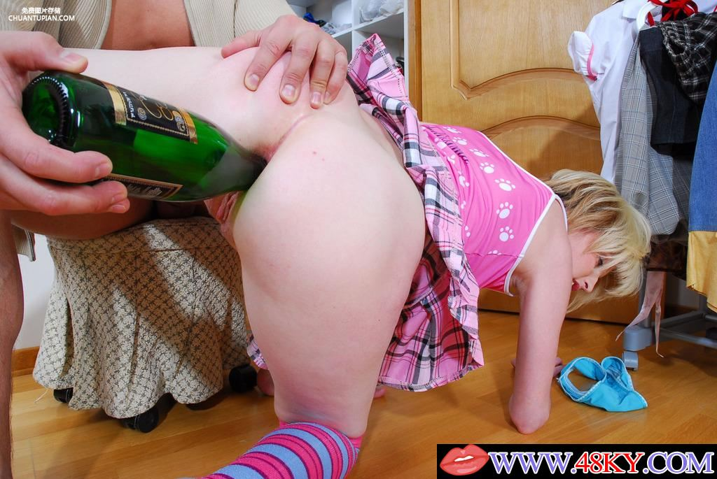 пьяной девке засунули бутылку в жопу - 8